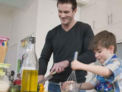 Pap y el ni o lavando un carro imagui - Labores de casa ...