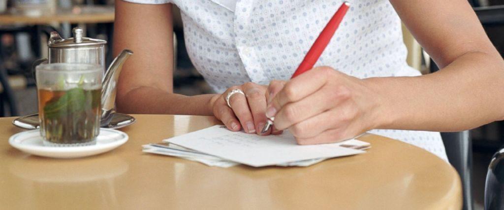 escribiendo-en-un-papel